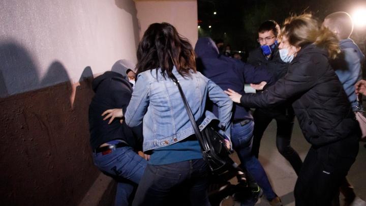 Самым молодым по 18 лет: в Волгограде в суд доставили восьмерых участников несанкционированных протестов