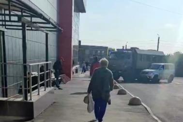 В ТК «Победа» сотрудники полиции проверяли мигрантов
