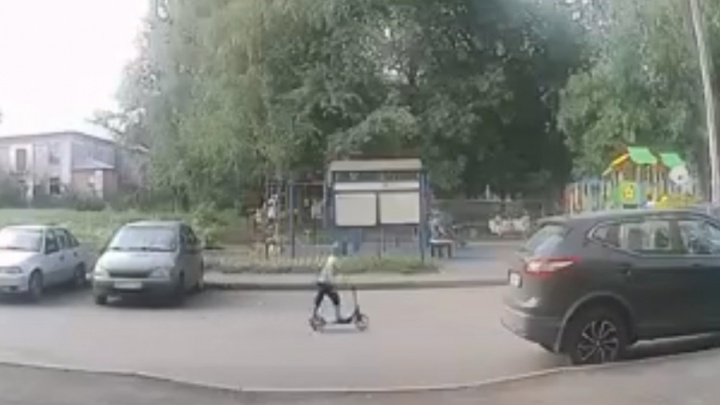 В Уфе женщина на Land Rover сбила 7-летнего самокатчика, момент ДТП попал на видео