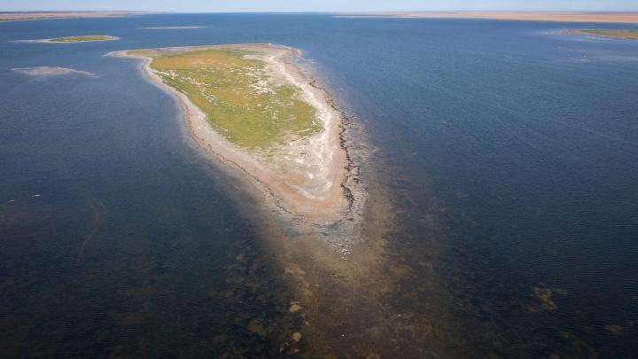 На границе между Европой и Азией: волгоградцы нашли в степях Калмыкии самое красивое соленое озеро России