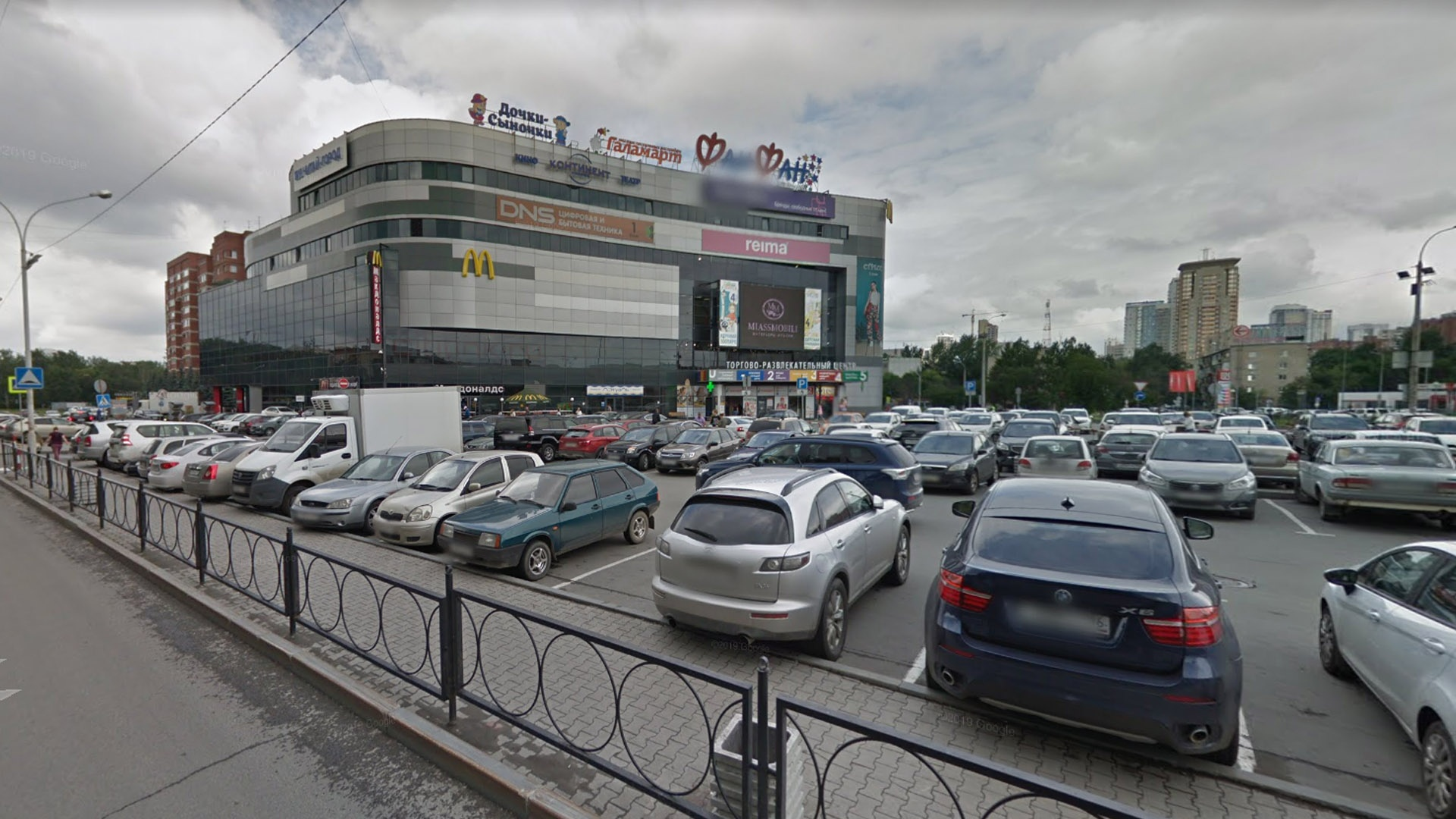 Такие парковки администрация города любит. Несмотря на то что они находятся на территории общего пользования, их содержание — головная боль собственника здания
