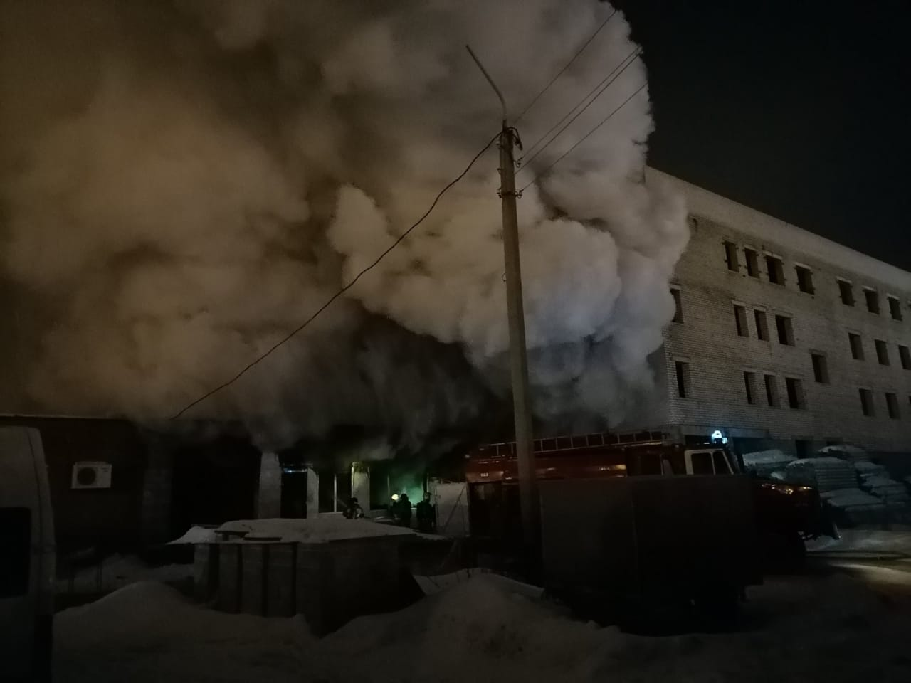 Из-за дыма почти не было видно соседних зданий