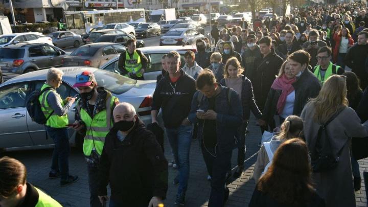 В центре Екатеринбурга собрались толпы людей. Среди них экс-мэр Ройзман