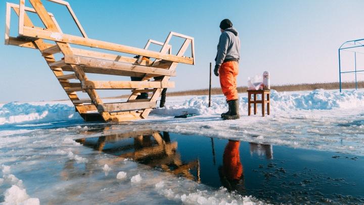 Пока лед не сдастся: фоторепортаж о том, как готовят купели к Крещению