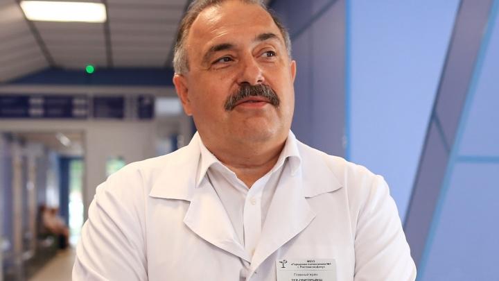 В Ростове уволился главврач поликлиники, сотрудника которой заподозрили в торговле липовыми сертификатами