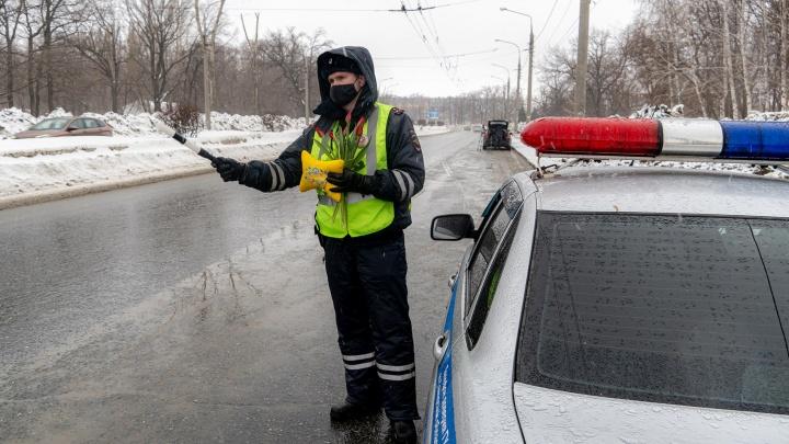 Вместо протокола: инспекторы ГИБДД устроили сюрприз самарским автомобилисткам