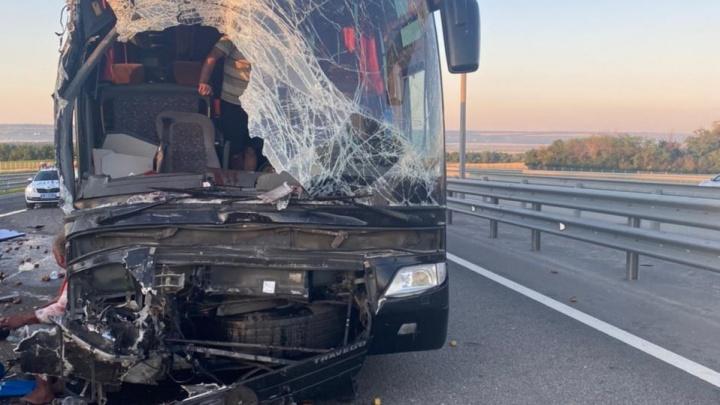 На трассе под Ростовом туристический автобус врезался в грузовик