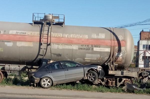 Автомобиль застрял под цистерной