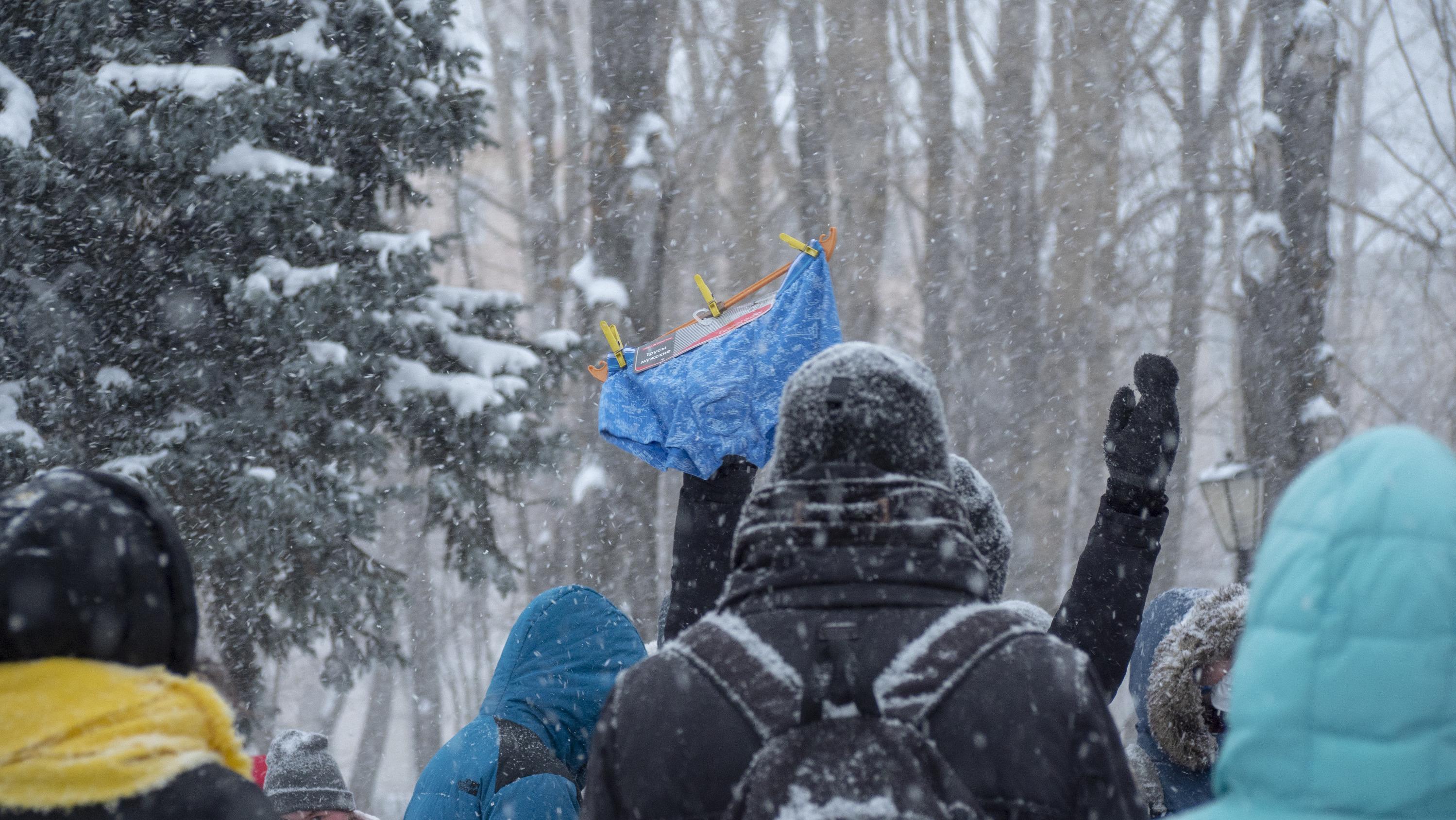 """Кто-то принес в знак протеста синие трусы — это отсылка к <a href=""""https://29.ru/text/politics/2020/12/21/69647061/"""" target=""""_blank"""" class=""""_"""">истории с отравлением Алексея Навального</a>"""