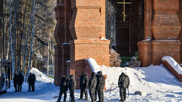 Полиция вывезла 21 жителя Среднеуральского монастыря в Верхнюю Пышму