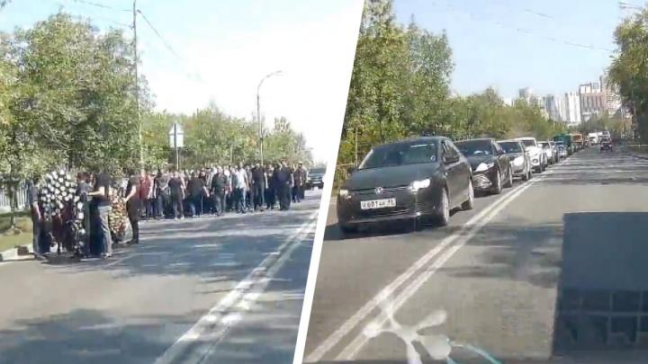 Траурная процессия парализовала движение на Репина. Несколько десятков человек вышли на дорогу