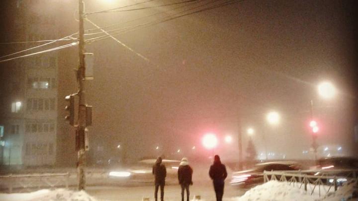«Вечером в городе смог». Пермяки делятся в соцсетях фотографиями зимнего тумана
