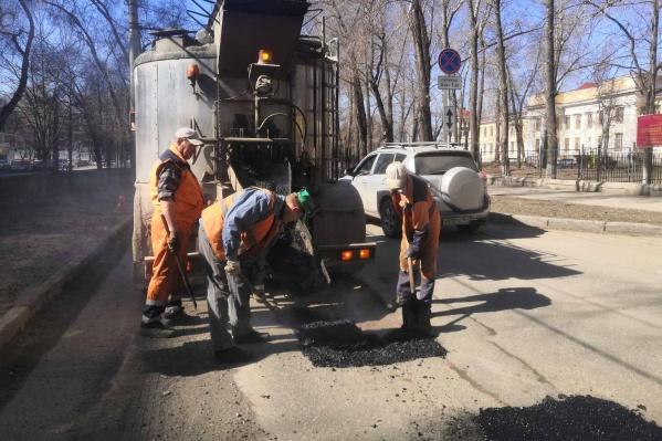 Сейчас рабочие латают аварийные участки на улице