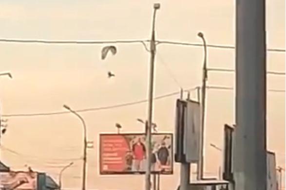 Зато без пробок. В Новосибирске мужчина на параплане перелетел забитое машинами Гусинобродское шоссе