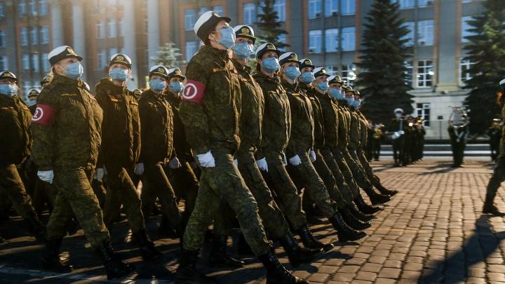 Репетиция парада Победы в центре Екатеринбурга: тысячи военных вышли на площадь и кричат «Ура»