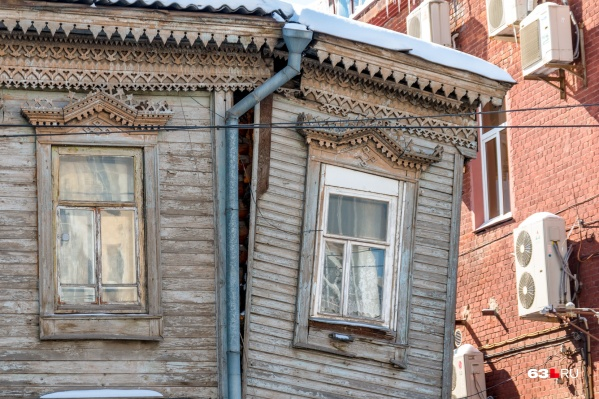 Таких ветхих домиков в центре города очень много