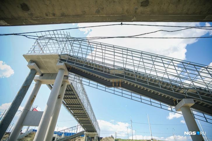 Пешеходный переход с дамбы моста практически смонтирован