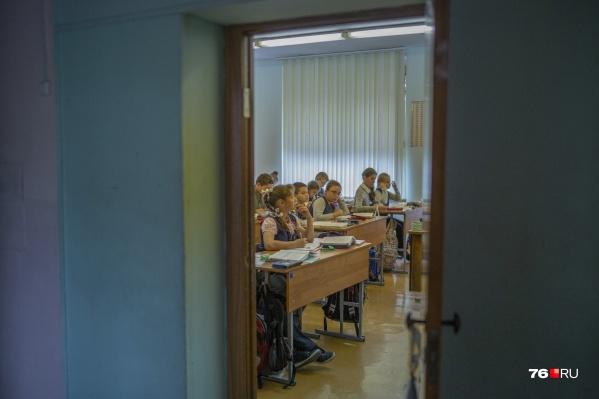 В департаменте образования уточнили, что решение об отстранении принимают директора каждой школы самостоятельно