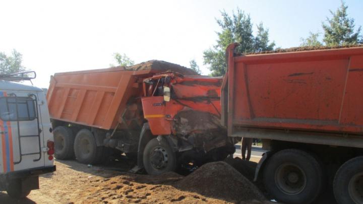 В Ярославской области МАЗ протаранил машины, стоявшие на светофоре: есть пострадавшие