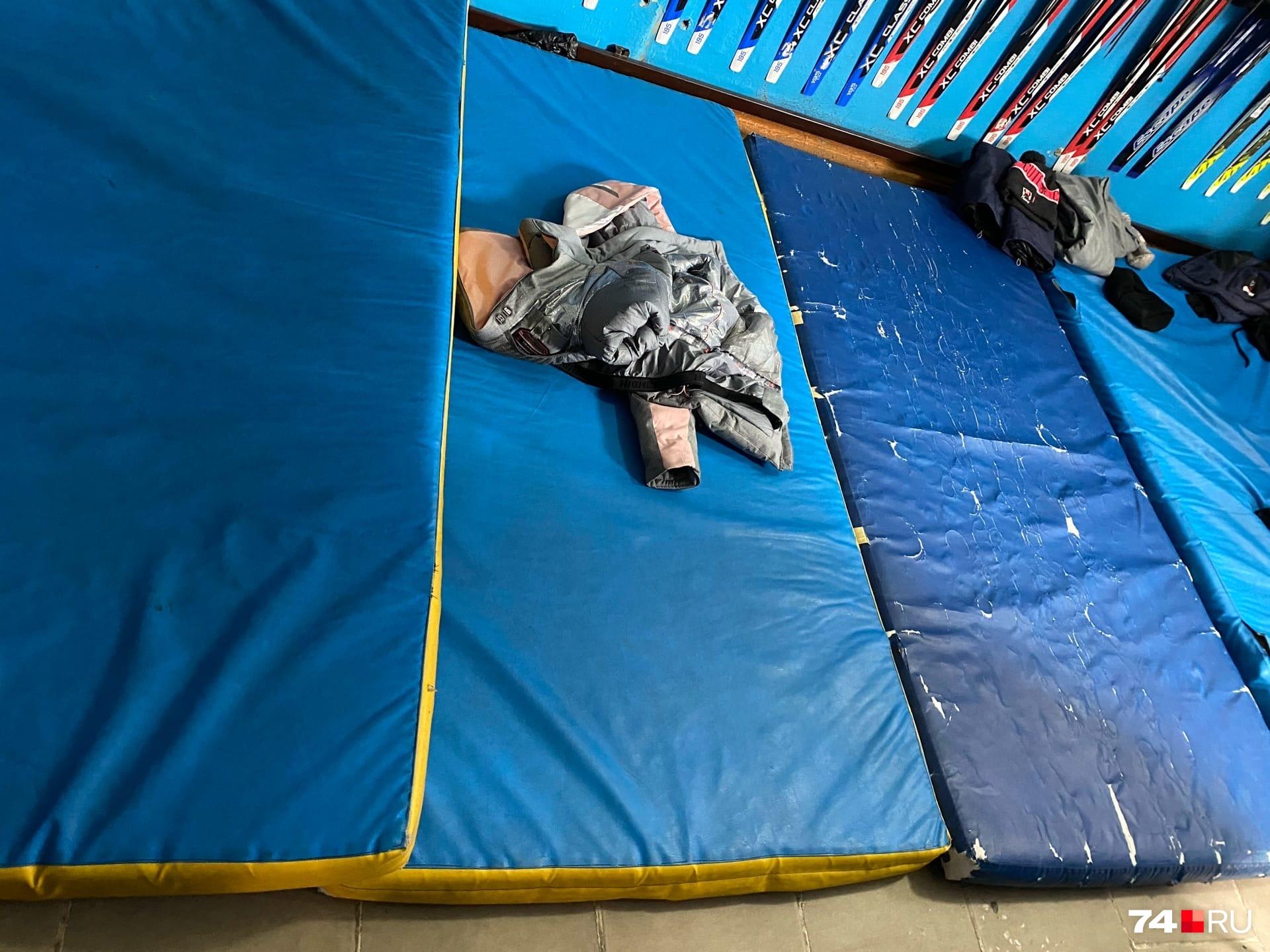 В спортзале люди спали на стареньких матах