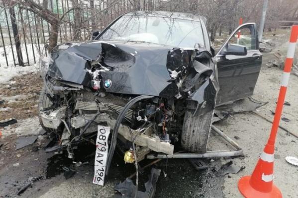 Машина протаранила забор и сбила пожилую женщину