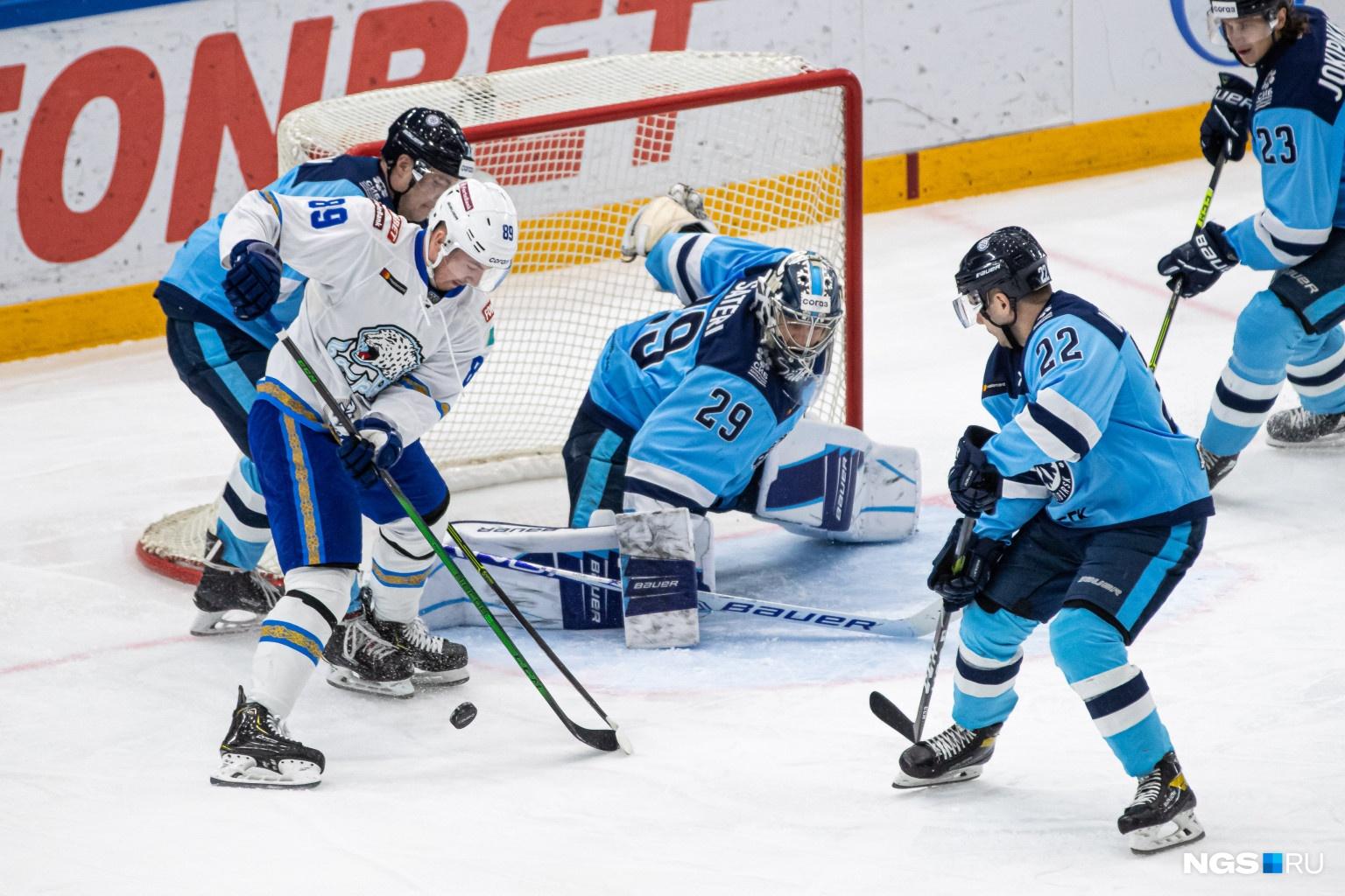 В первом периоде «Сибирь» открыла счет и забила первую шайбу