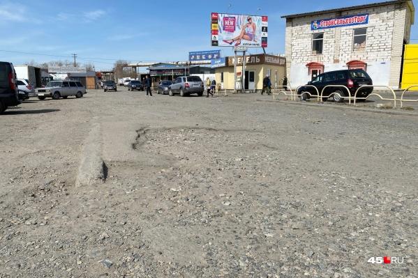 Дорогой у магазинов на улице Некрасова пользуется множество автомобилистов, поэтому они давно ждут ремонта асфальтового покрытия