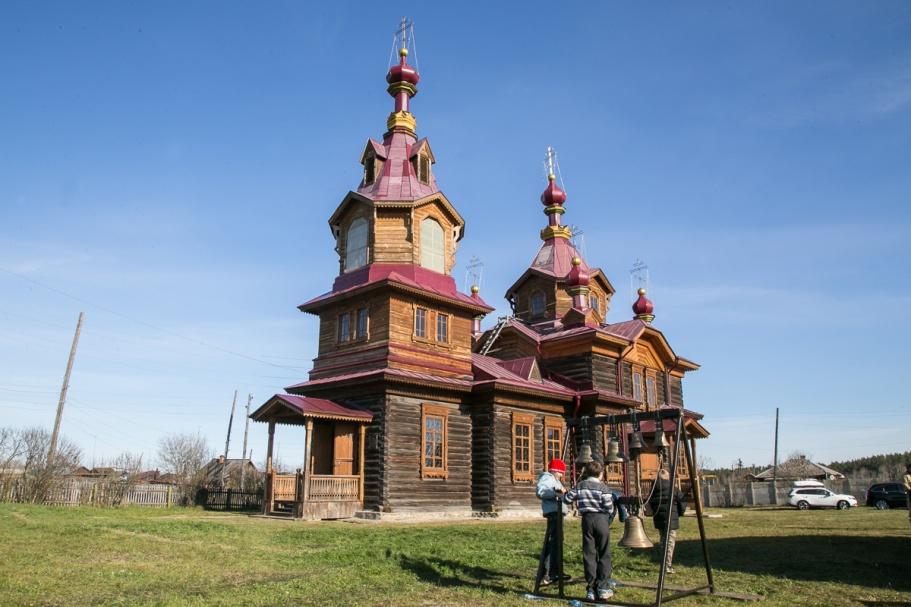 Церковь была очень красивой и отлично вписывалась в пейзаж деревни