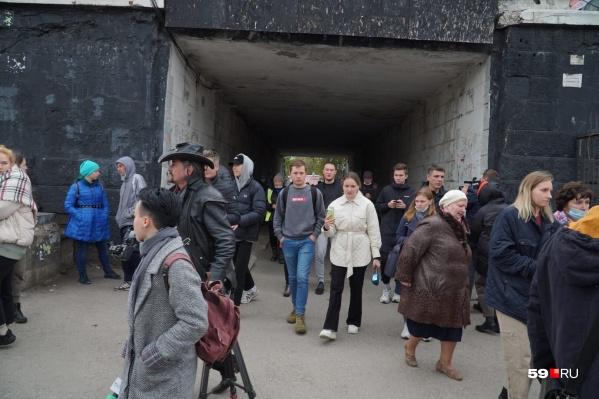 Эвакуированные студенты недалеко от кампуса ПГНИУ