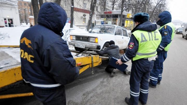Здесь лучше не парковаться: с каких улиц Екатеринбурга будут массово эвакуировать машины