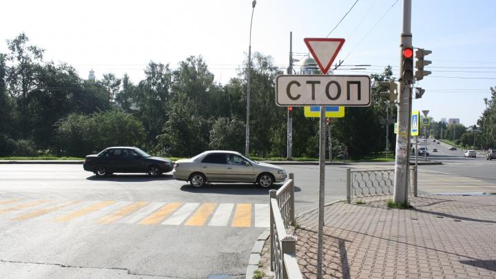 В Екатеринбурге возле дома губернатора установили новый светофор, чтобы избежать аварий