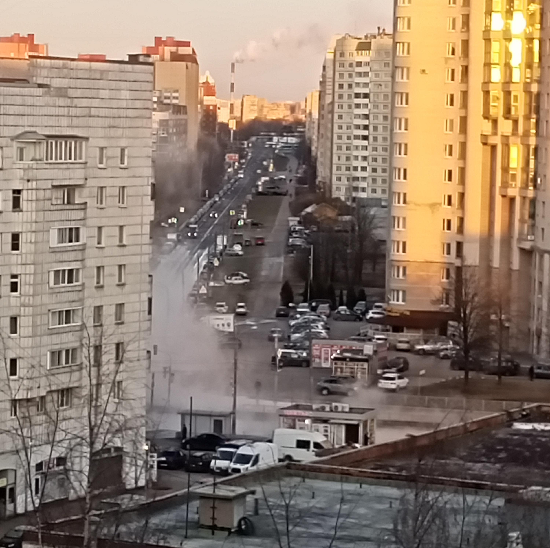 Проспект Художников частично перекрыт из-за аварии на трубе с горячей водой. Без отопления остались 56 домов