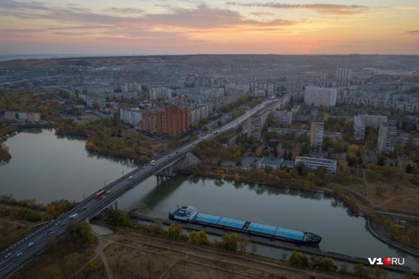 Если раньше пробка была на мосту через канал, то сейчас она сдвинулась ближе к центру города