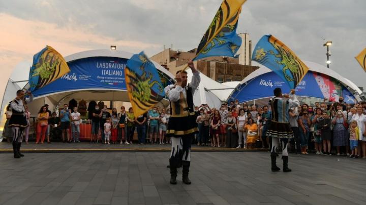 Знаменосцы, джазмены и опера: в Екатеринбурге открылся фестиваль Италии