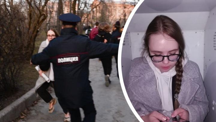 «Я искала телефон»: история девушки, которую с широко расставленными руками ловил полицейский