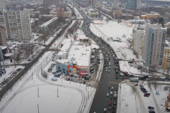 Через улицыXXII Партсъезда и Солнечную транспорт выезжает на Ново-Садовую