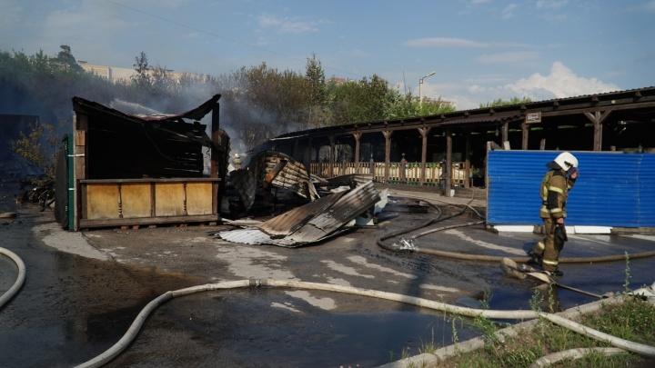 В Перми на улице Подлесной загорелось летнее кафе. Видео
