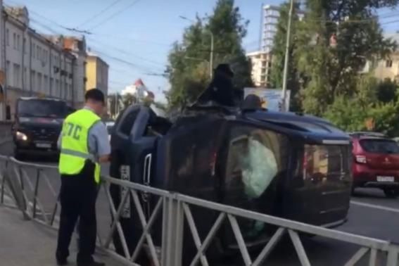 В центре Ярославля внедорожник опрокинулся набок. Видео