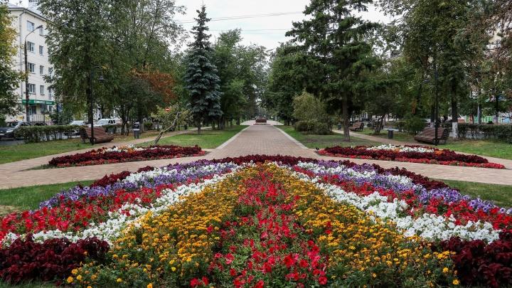 Качели, велодорожка и цветущие клумбы. Гуляем по обновленному Юбилейному бульвару
