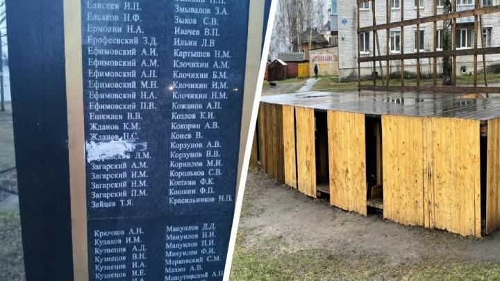 В Архангельской области повредили мемориал воинам Великой Отечественной войны. Подозревают школьников
