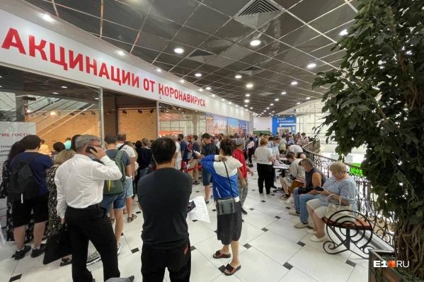 В торговом центре собираются очереди из желающих вакцинироваться