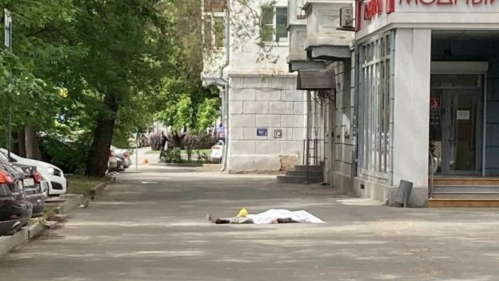 «В доме ремонтируют крышу»: в центре Челябинска мужчина разбился насмерть, упав с высоты