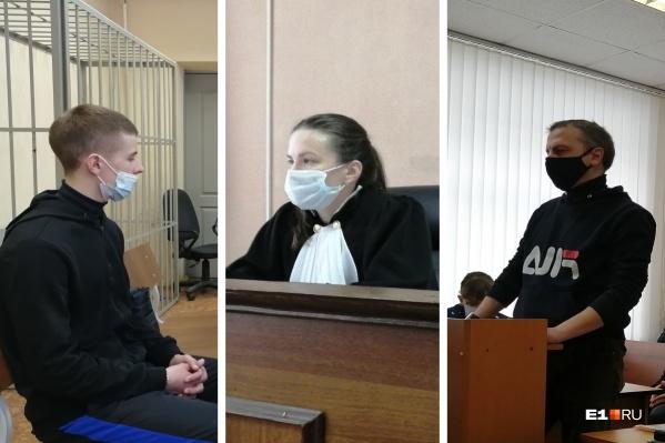 Отец убитого (справа) принял извинения от Кирилла Мордяшова