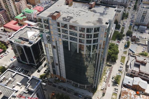 Общая площадь внутренних помещений «Карнеола» — почти 60 тысяч «квадратов», причем на верхних этажах высота потолков составляет 6 метров
