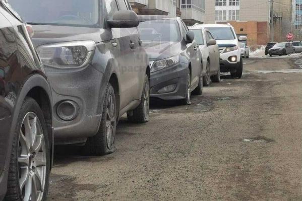 Колеса оказались спущены у десятков машин во дворе