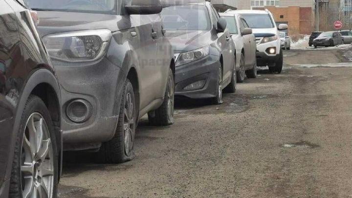 «Это шиноШантаж»: на Алексеева неизвестный порезал колеса у десятков машин