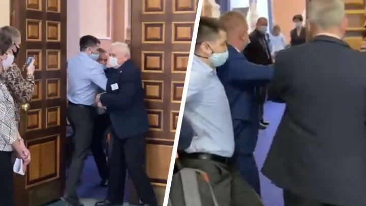 На сессию с мэром не пустили помощника депутата Сергея Бойко— видео, как мужчину выталкивают на входе