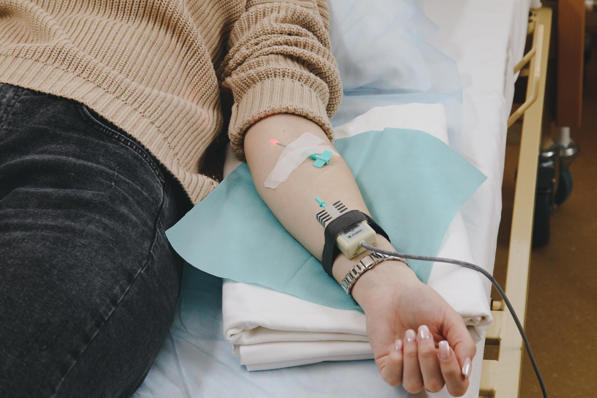 Врачи сочетают в курсе восстановительных процедур капельницы и внутримышечные инъекции