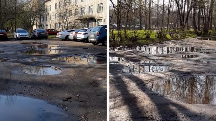 «Чтобы сразу знали, где будут жить»: ярославцы показали разбитую парковку у роддома