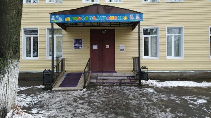 «Детей прятали в регистратуре»: в Ярославле мужчина устроил нападение на посетителей поликлиники
